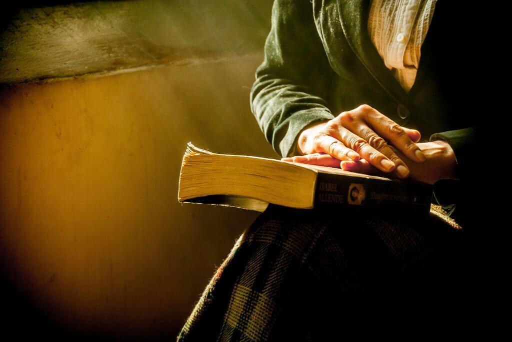 本を大切に持つ人