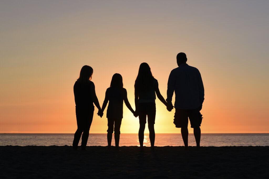 家族と夕日