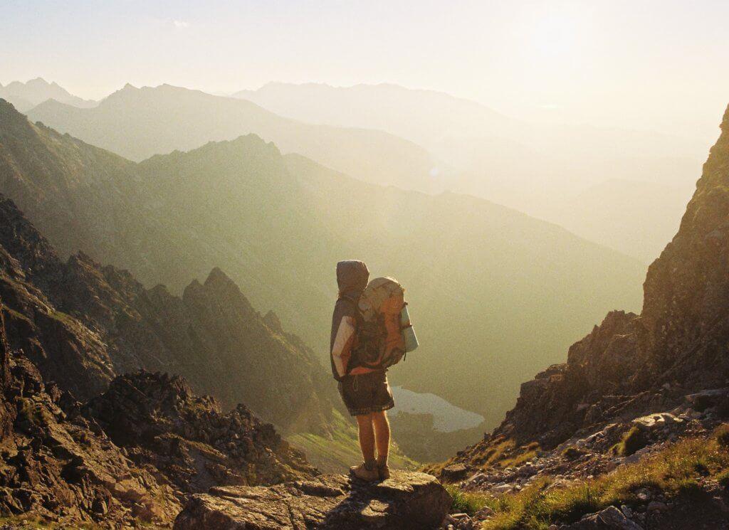 山を旅するバックパッカー
