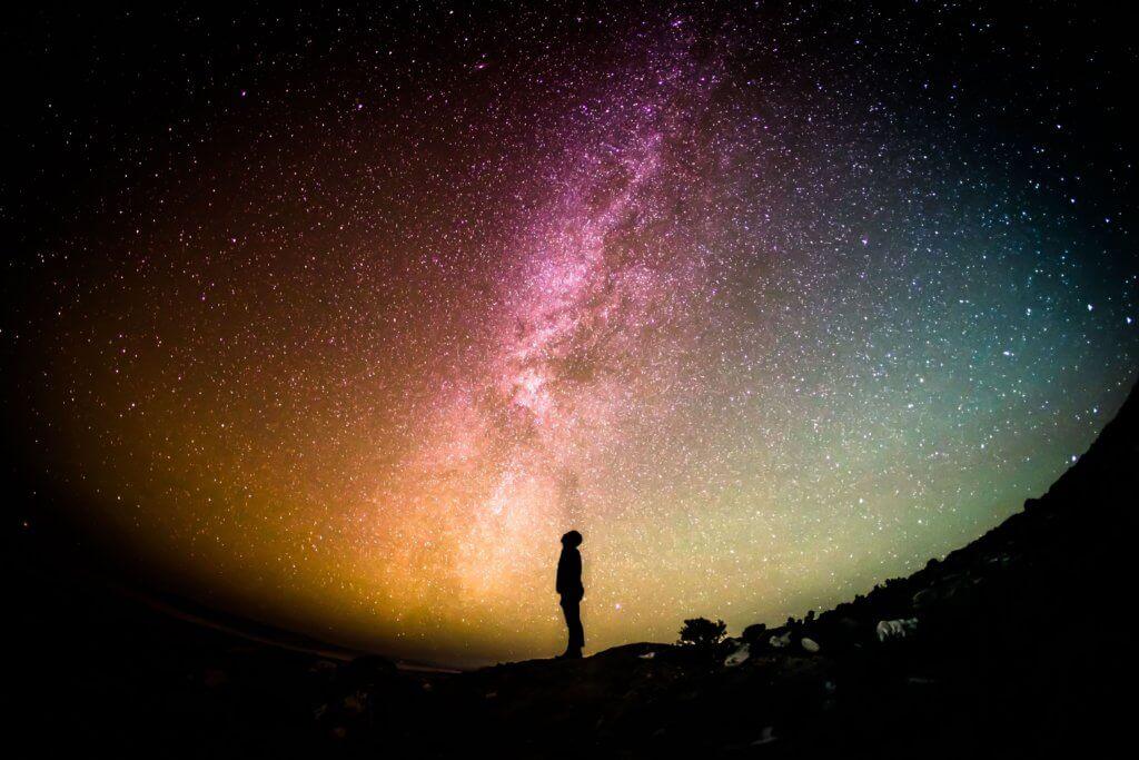 星空のもとに立つ人