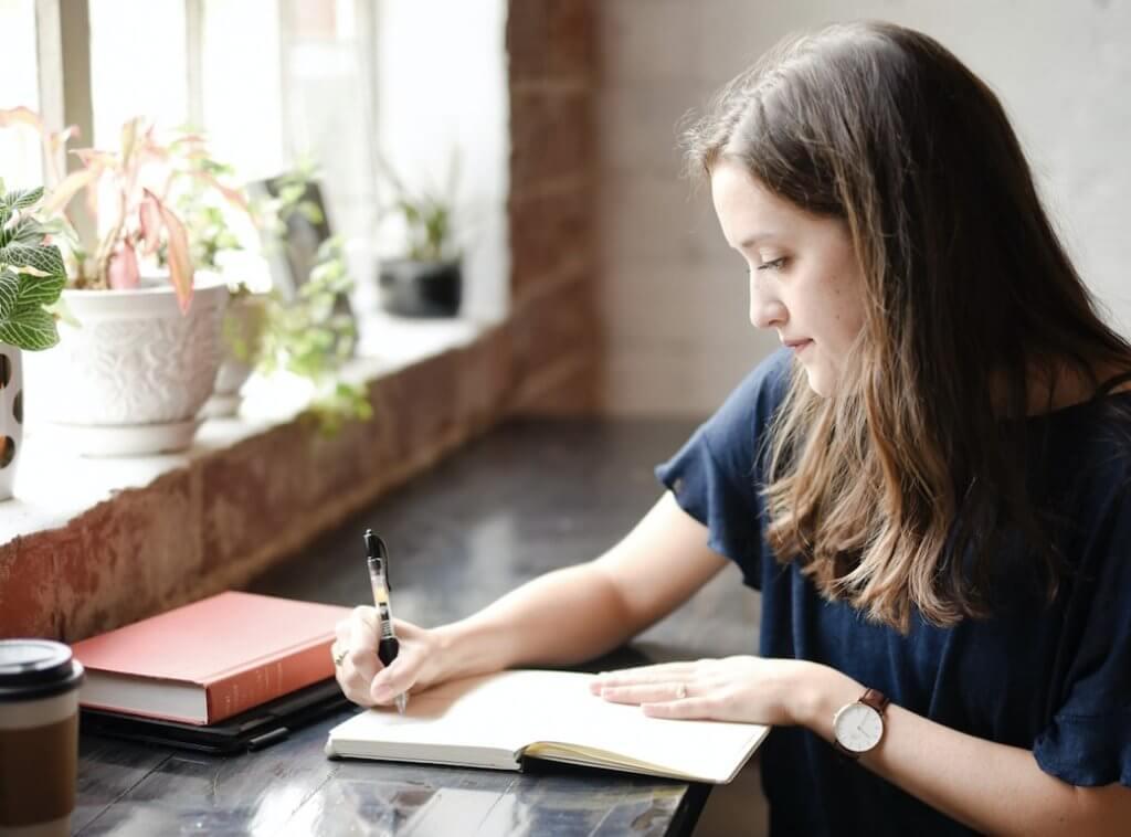 本に書き込みをする女性