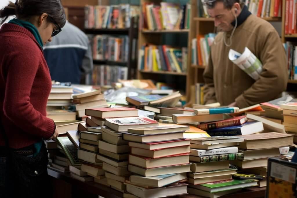 書店で本を選ぶ人