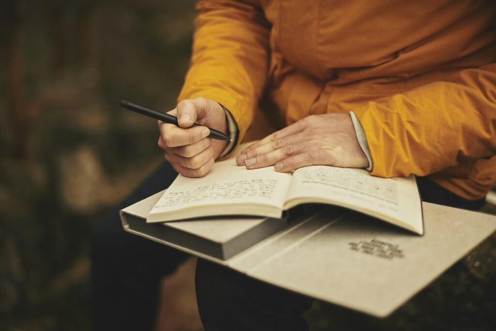 ノートに文章を書く人