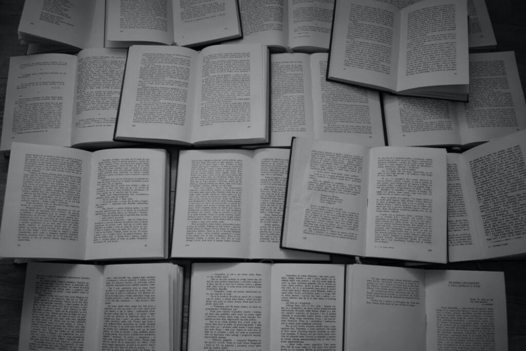 無数の開かれた本