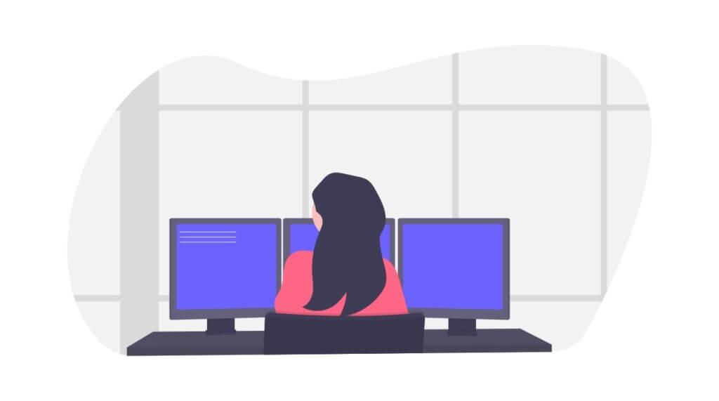 デスクトップの前に座る女性