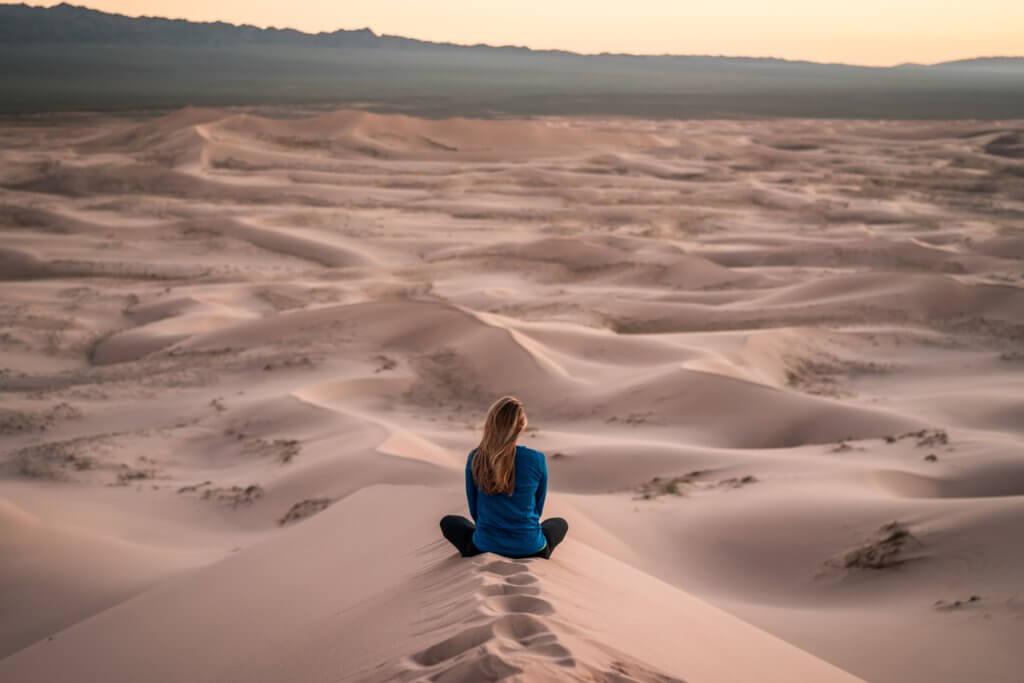 砂漠に座る人