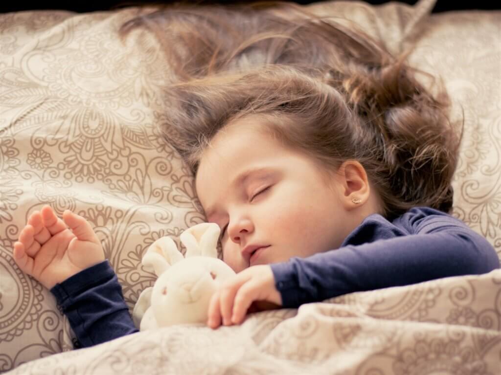 ぐっすり寝ている子ども