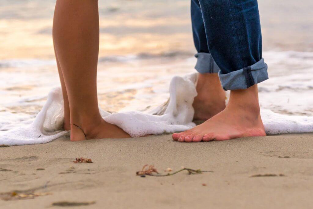 ビーチにて裸足の2人