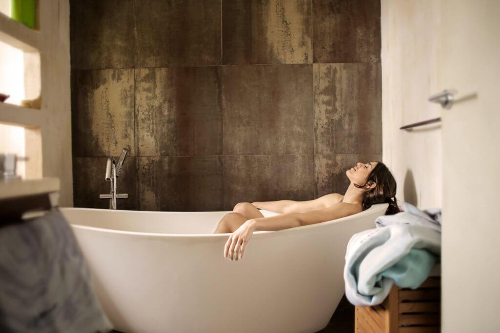 バスタブで入浴を楽しむ女性