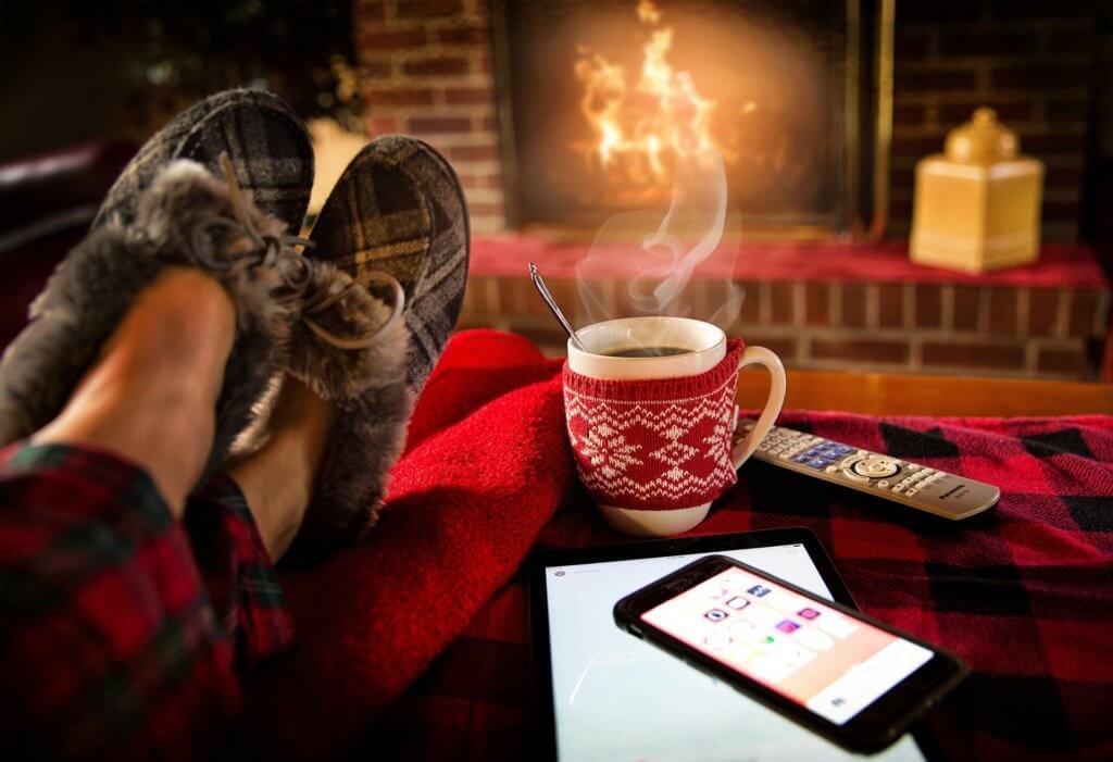 コーヒーと暖炉でくつろぐ様子
