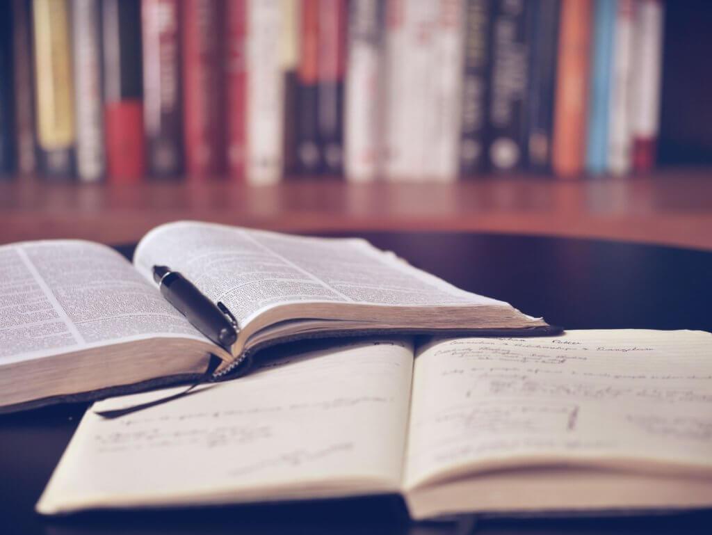机に置かれた本とノート