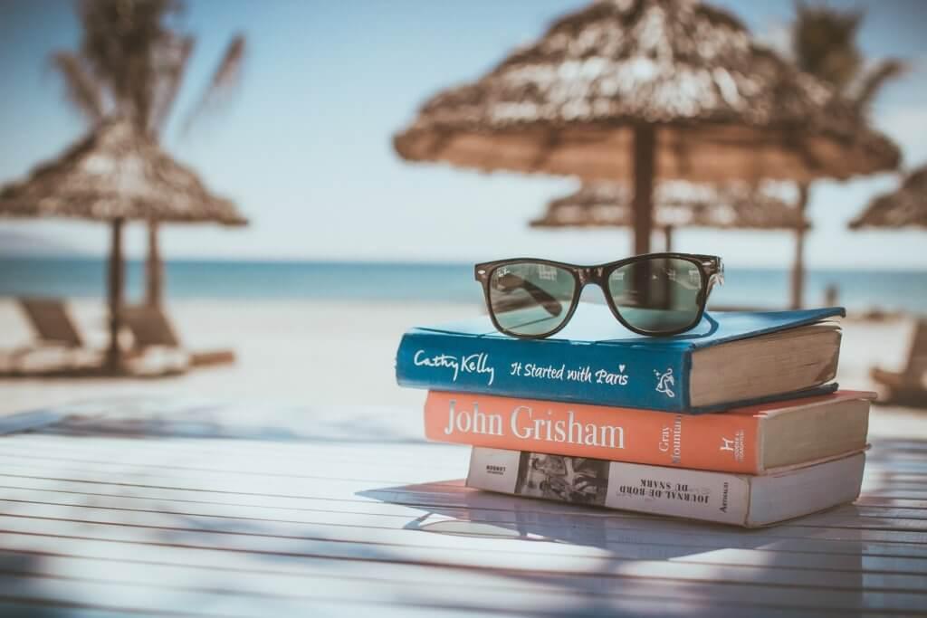 ビーチに積まれた本