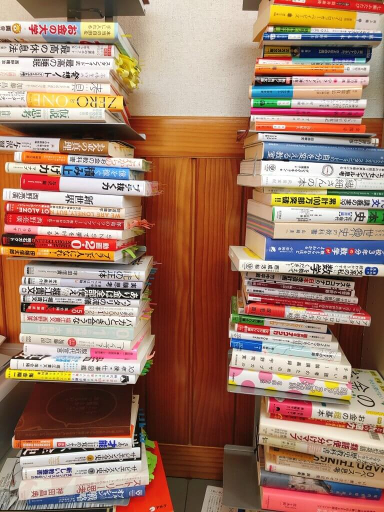 積読タワー本棚